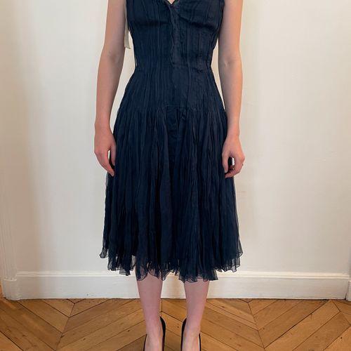 PRADA  Elégante robe de danseuse à corset en soie bleu marine entièrement plissé…