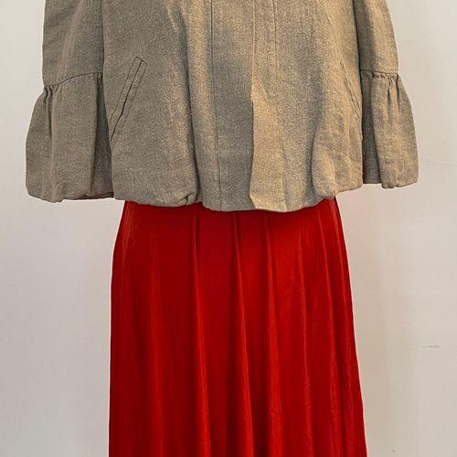 DIANE VON FURSTENBERG  Ensemble comprenant robe à décolleté croisé rouge et bolé…
