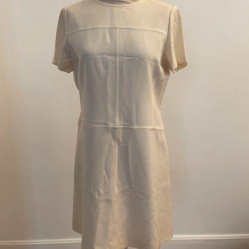 YVES SAINT LAURENT variation  Robe trapèze à manches courtes en laine écru.  Pet…