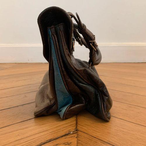 BALENCIAGA  Sac à main taupe, marron et turquoise.  34 x 22 cm environ (sans l'a…