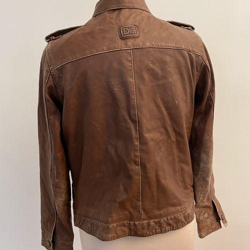 ** CHRISTIAN DIOR  Veste en cuir marron, col amovible.  Usures, en l'état.  T. 3…