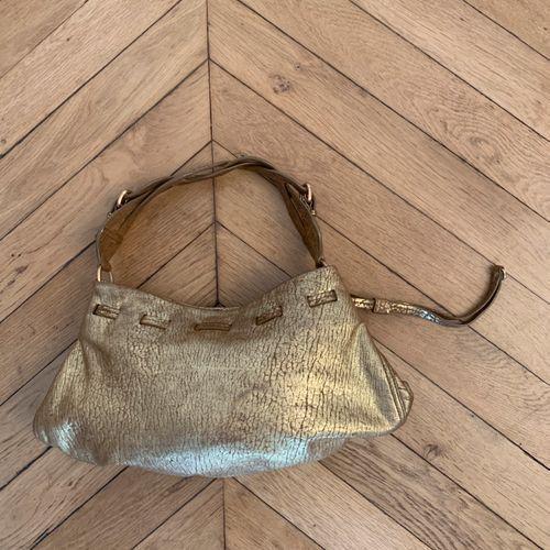 MIU MIU  Sac à main de forme besace en cuir bronze, l'anse tressée.  40 x 23 cm …