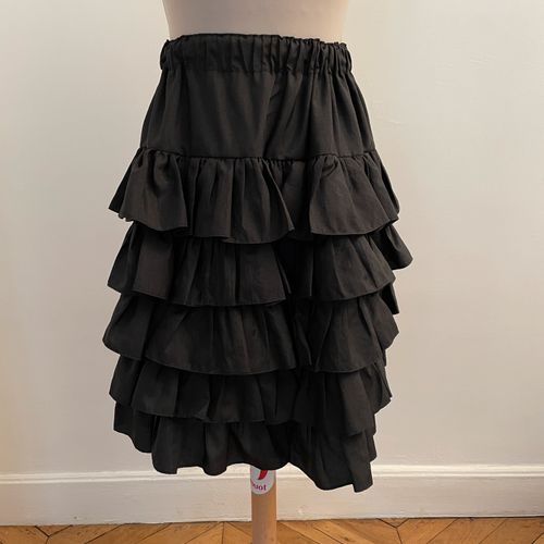 Jupe à froufrous noires.  Largeur à la taille 30 cm, longueur de la jupe 56 cm