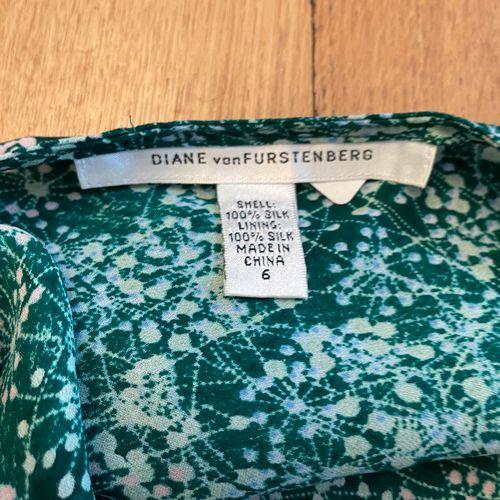 DIANE VON FURSTENBERG  Robe et son fond de robe en soie à motifs stylisés sur fo…
