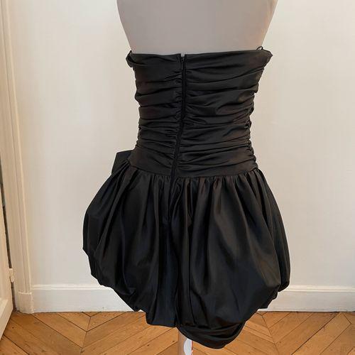 ALLOUETTE Paris  Robe de cocktail satinée noire à drapés et nœud.  T. 3  Largeur…