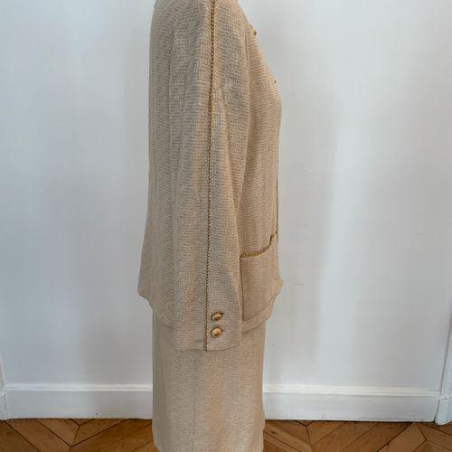 CHANEL boutique  Tailleur composé d'une veste et d'une jupe en tweed léger et ga…