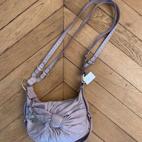 FENDI  Petit sac besace à porter en bandoulière en cuir mauve clair, rivets et a…