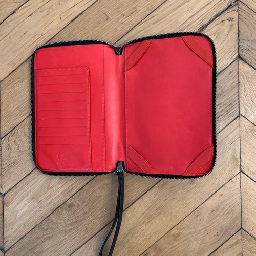 CHRISTIAN LOUBOUTIN  Pochette de tablette en cuir noir et studs, l'intérieur en …