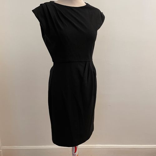 DIANE VON FURSTENBERG  Robe sans manches, plissée à l'épaule et à la taille, fer…