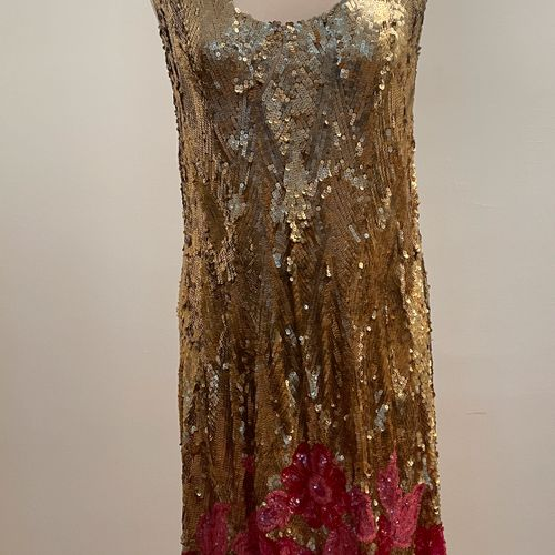 ** Très belle robe entièrement brodée de sequins dorés à motifs de fleurs roses …