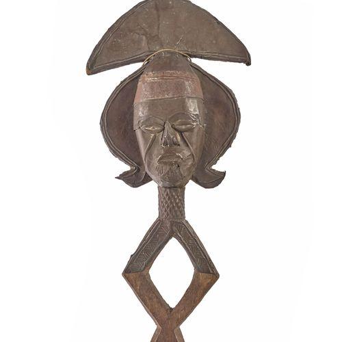 Kota, Gabon  Figure de reliquaire en bois plaqué de feuilles de cuivre.  H. 54 c…