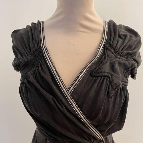 TSUMORI CHISATO  Robe cache cœur en soie, motif étoile appliqué.  Taille 2  Usur…
