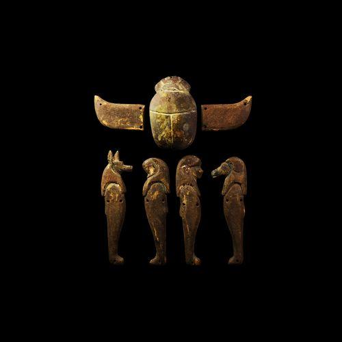 Quatre fils d'Horus égyptiens avec un scarabée ailé. Troisième période intermédi…