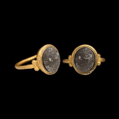 Bague romaine en or avec cabochon. 3e 4e siècle de notre ère. Un anneau de doigt…