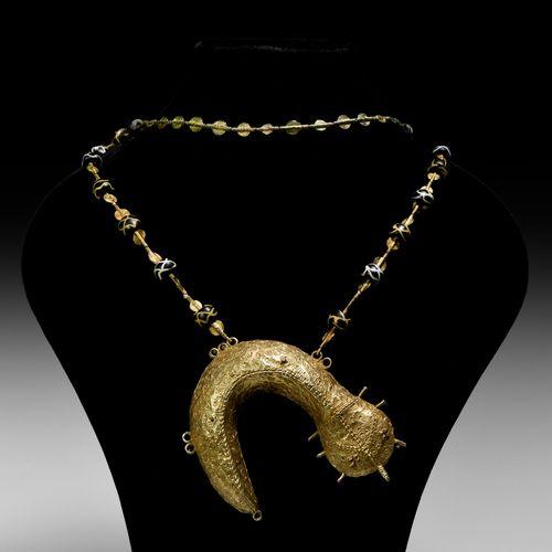 Pendentif poisson boue doré Asante avec collier de perles de commerce. 20e siècl…
