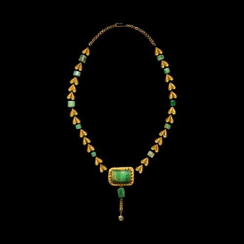 Ensemble d'éléments de collier gréco romain en or et émeraude. 2e siècle avant J…