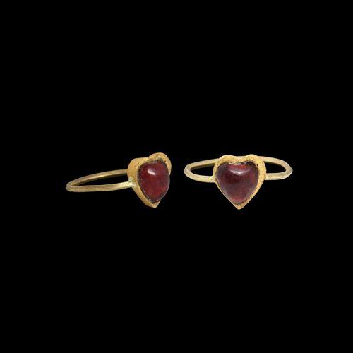 Bague d'amour médiévale en or et grenat. 13e 15e siècle de notre ère. Une bague …