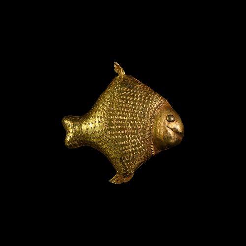 Pendentif poisson doré Asante. 20e siècle de notre ère. Un pendentif en vermeil …