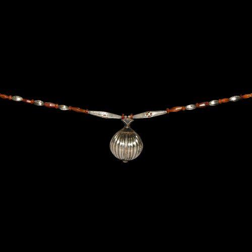 Collier de perles d'élamite en argent et cornaline avec pendentif. 2e début du 1…