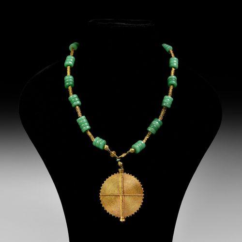 Collier Asante avec pendentif doré. 20e siècle de notre ère. Un pendentif discoï…