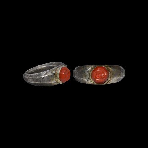 Bague romaine en argent avec pierre précieuse de lion. IIIe siècle de notre ère.…