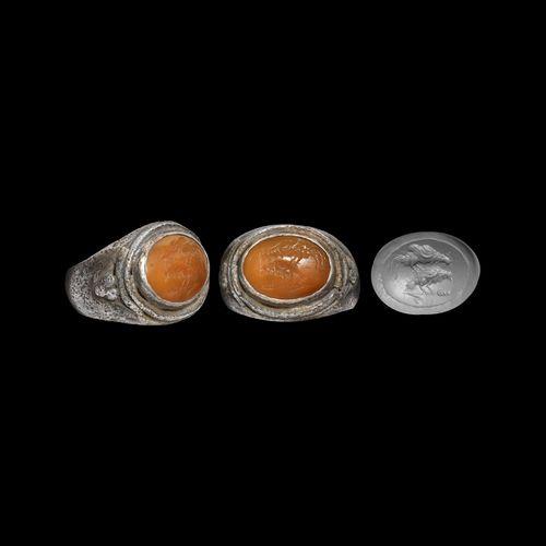 Bague romaine en argent avec pierre précieuse coq et poule. 2e 3e siècle de notr…
