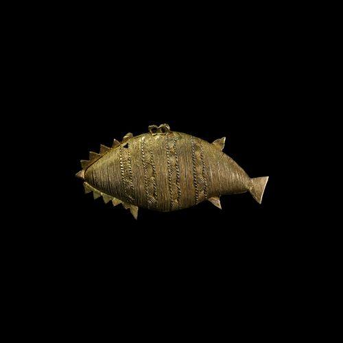 Pendentif poisson doré Asante. 20e siècle de notre ère. Un pendentif doré en for…
