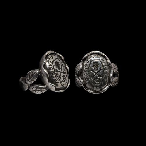 Bague Memento Mori en argent géorgien avec crâne et os croisés. XVIIIe siècle. U…
