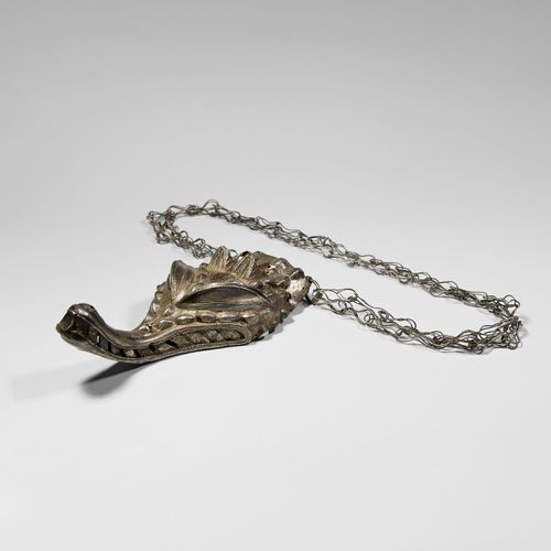 Collier en argent Asante avec pendentif crocodile. XXe siècle de notre ère. Un g…