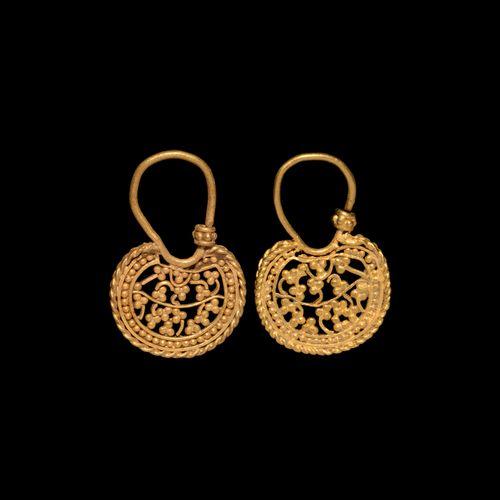 Boucles d'oreilles en or ajouré byzantin. 6e 7e siècle de notre ère. Paire de bo…