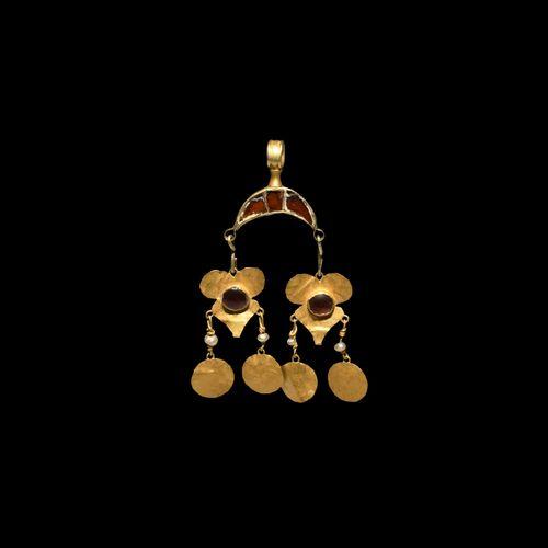 Pendentif lunaire mérovingien en or et grenat. 5e 8e siècle de notre ère. Un pen…