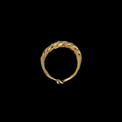 Bague viking en or tressé. 10e 12e siècle de notre ère. Johnson, C.E., A Typolog…