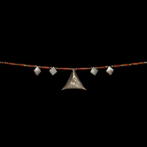 Collier de perles en cornaline élamite avec pendentifs en argent. 2e début du 1e…