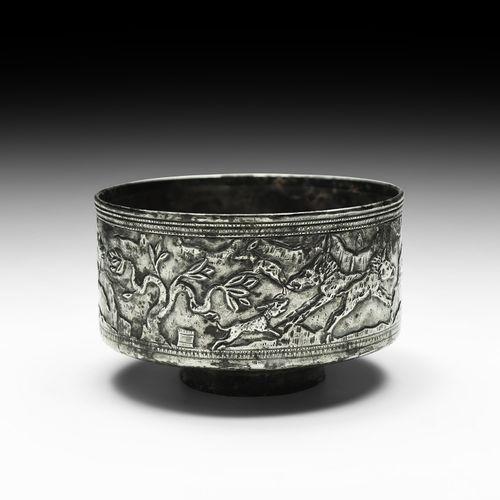Bol en argent hellénistique élymaéen avec animaux. 2e siècle de notre ère. Une c…