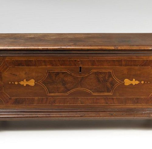 MANIFATTURA LOMBARDA DEL XVII SECOLO Carved wooden chest, paved with walnut vene…