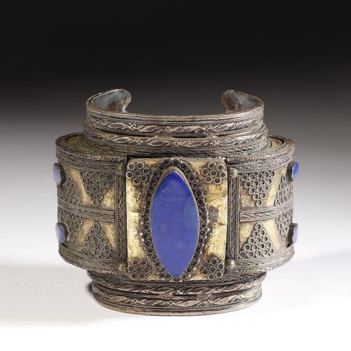 Arte Islamica A silver, brass and lapislazuli bangle 19th century . Art islamiqu…