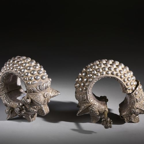 Arte Indiana A pair of silver anklet decorated with makaras India, Gujarat, 19th…