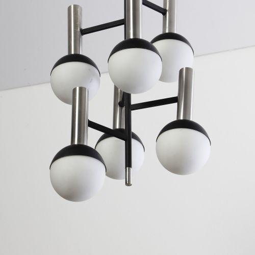 STILNOVO STILNOVO 吊灯。1965.喷漆的铝,镀铬的金属和玻璃。Cm 36.00 x 112.00 x 36.00。