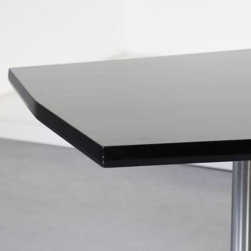 BORSANI OSVALDO (1911 1985) 由瓦雷多的Tecno公司生产的OSVALDO T58表。漆木和镀铬金属。Cm 250.00 x 76.0…