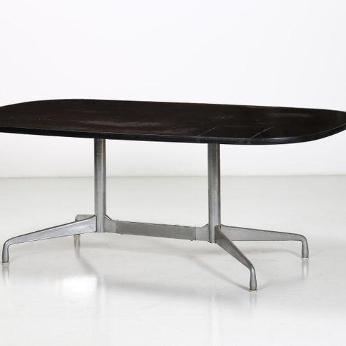 NELSON GEORGE (1908 1986) GEORGE Segment桌子,由Herman Miller制造。1958.染色木头,压铸铝和镀铬金属。C…