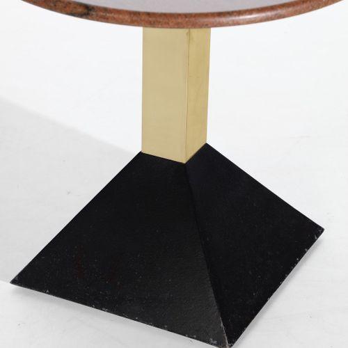 Manifattura Italiana MANIFATTURA ITALIANA 一对咖啡桌。黄铜、油漆金属和花岗岩。Cm 60.00 x 60.00 x 6…