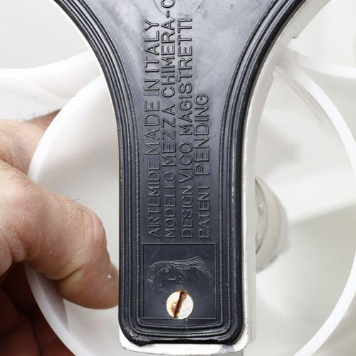 MAGISTRETTI VICO (1920 2006) VICO Mezzachimera台灯,由Artemide制造。1969.镀铬金属和白色甲基丙烯酸酯。…
