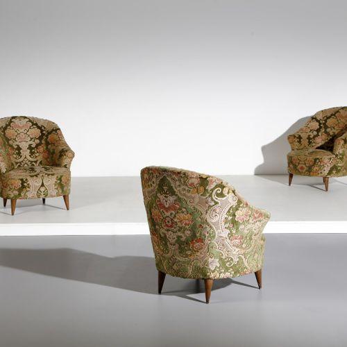 Manifattura Italiana MANIFATTURA ITALIANA 三张扶手椅。木头和软垫织物。Cm 87.00 x 82.00 x 75.00…
