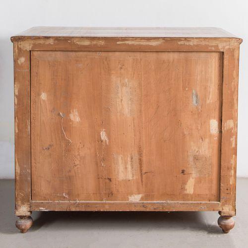 Paire de commodes. Bologne, milieu du XIXe siècle. Il comporte quatre tiroirs. L…