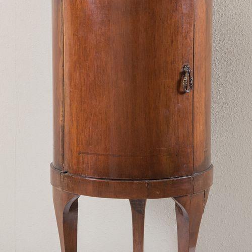 Meuble en forme de cylindre imitant un meuble du début du XIXe siècle, mais fabr…