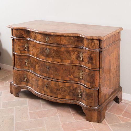 Commode à quatre tiroirs. Premier quart du 18e siècle. La façade est en noyer ra…