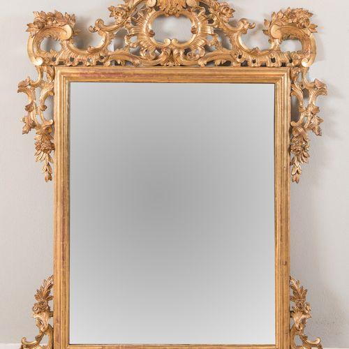 Miroir en bois doré. En imitation du dix huitième siècle, mais fabriqué au vingt…