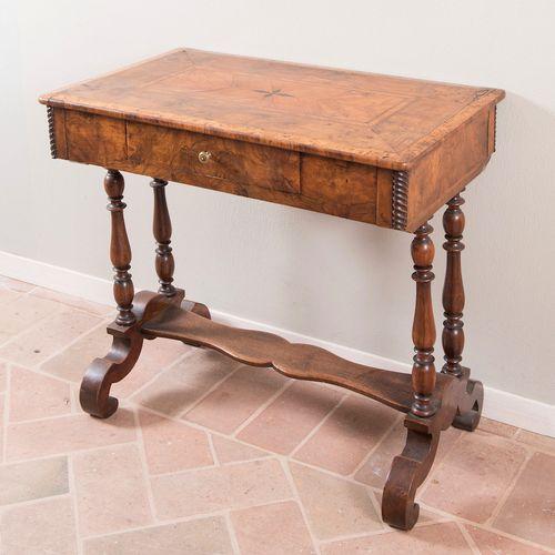 Bureau avec piano. 19ème siècle. Placage de noyer, placage de racines et de frui…