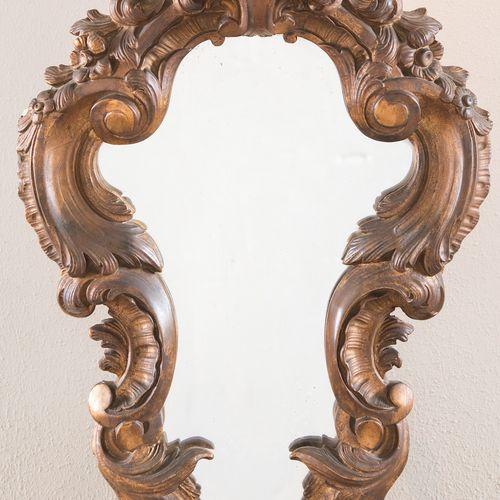 Miroir de forme en scagliola doré. Milieu du XIXe siècle. Cm 63x38.
