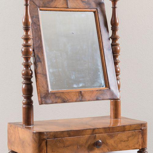 Miroir de table à langer. 19ème siècle. Boiseries en noyer. Cm 51x40x20,5.